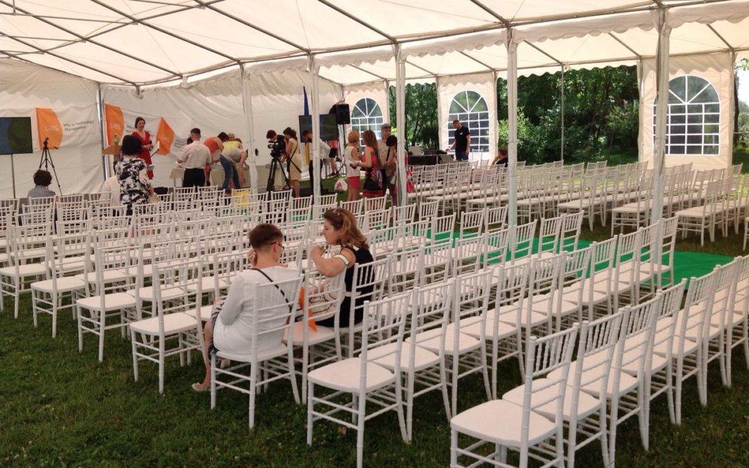 Знову у тренді: стільці «Чіаварі» для неповторної весільної церемонії