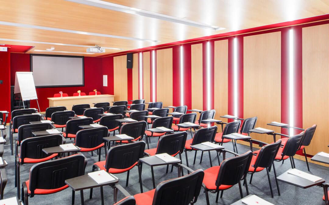 Выберите стулья в аренду для идеальной конференций